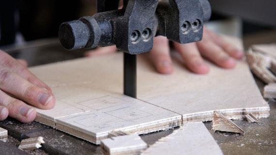Cutting wood with jigsaw machinery